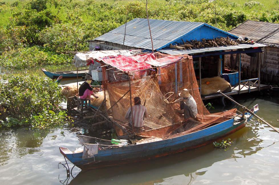Praca na jeziorze Tonle Sap