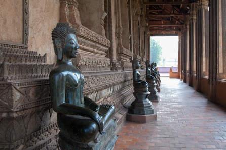 Posągi  Buddy w Haw Phra Kaew