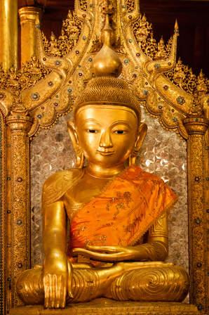 Posążek buddy w klasztorze Nga Phe Kyaung jezioro Inle