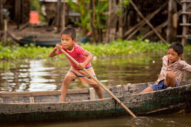 Młody wioślarz na Tonle Sap