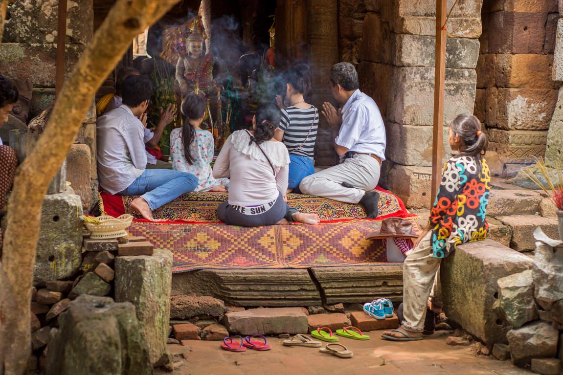 Modlitwa w Wat Banan, Battambang, Kambodża