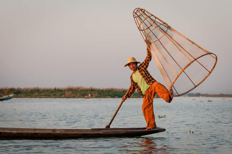Rybak na jeziorze Inle, Myanmar (Birma)