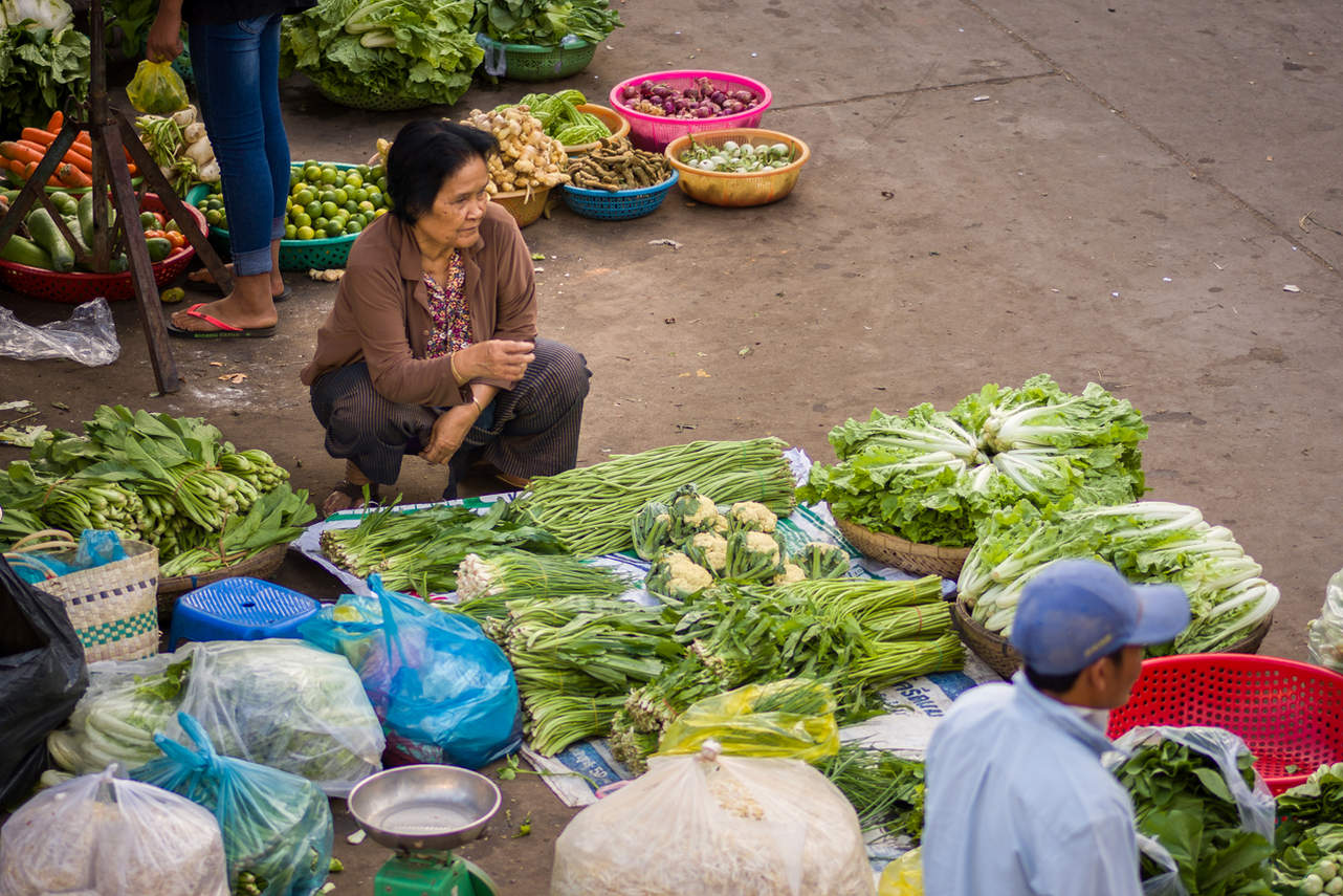Sprzedaż warzyw na targu w Kratie