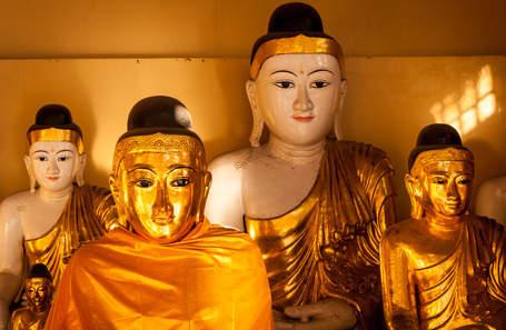 Posągi Buddy w świątyni Shwedagon