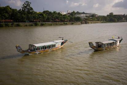 Łodzie na rzece Perfumowej, Hue