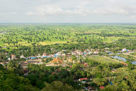Widok ze wzgórza Phnom Sampeau, Battambang, Kambodża. Fotografia Maciej Rutkowski