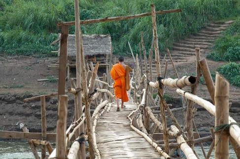 Mnich na bambusowym moście