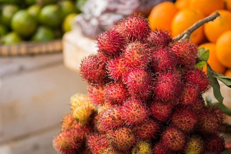 Owoce rambutan na targu w Kratie, Kambodża