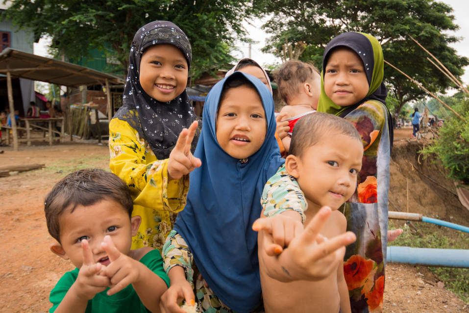 Dzieci w muzułmańskiej wiosce niedaleko Battambang, Kambodża. Fotografia Maciej Rutkowski