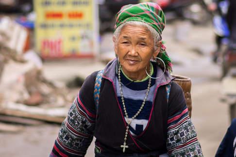 Babcia w tradycyjnym stroju Hmong,