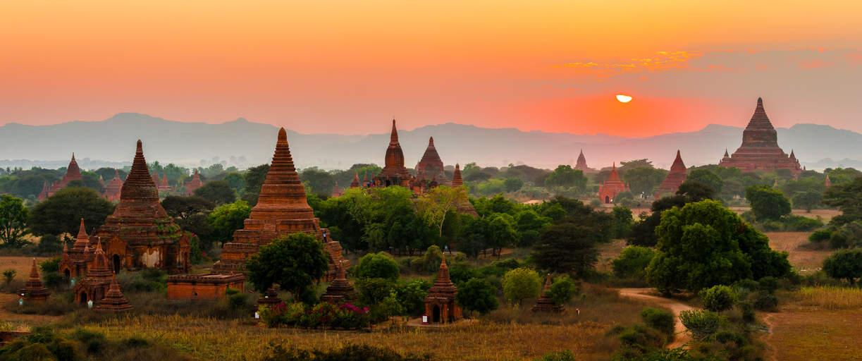 Zachód słońca nad równiną Pagan, Myanmar