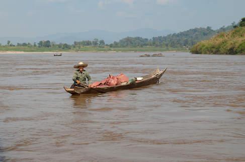 Rybak na rzece Mekong, Laos