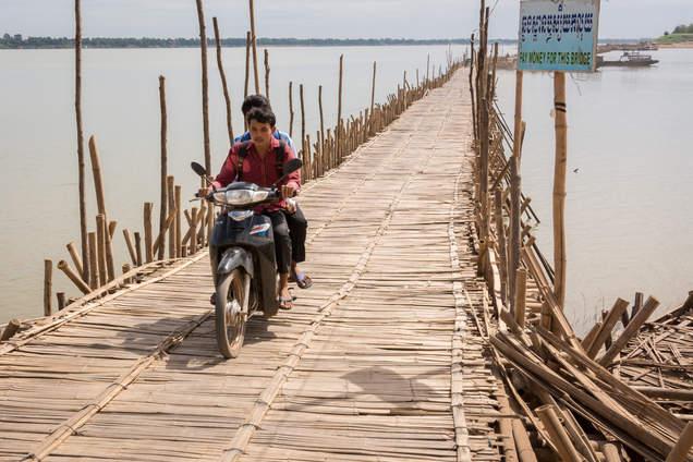 Motorem przez bambusowy most, Kampong Cham