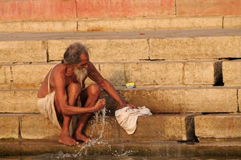 Pranie nad Gandesem w Waranasi