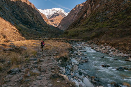 Rzeka w himalajach, rejon Annapurny