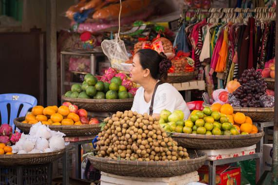 Stoisko z owocami w Kratie, Kambodża
