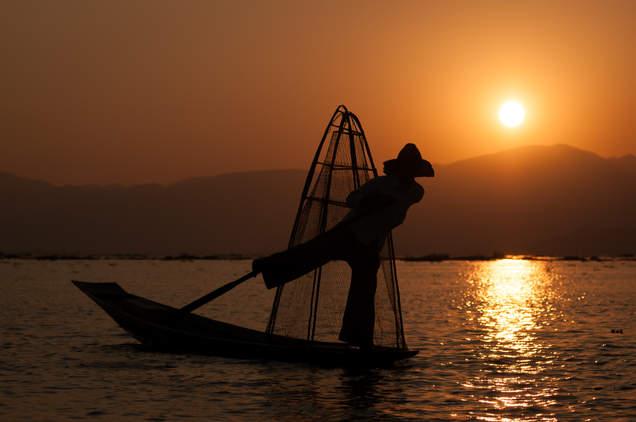 Rybak z Inle o zachodzie słońca, Birma