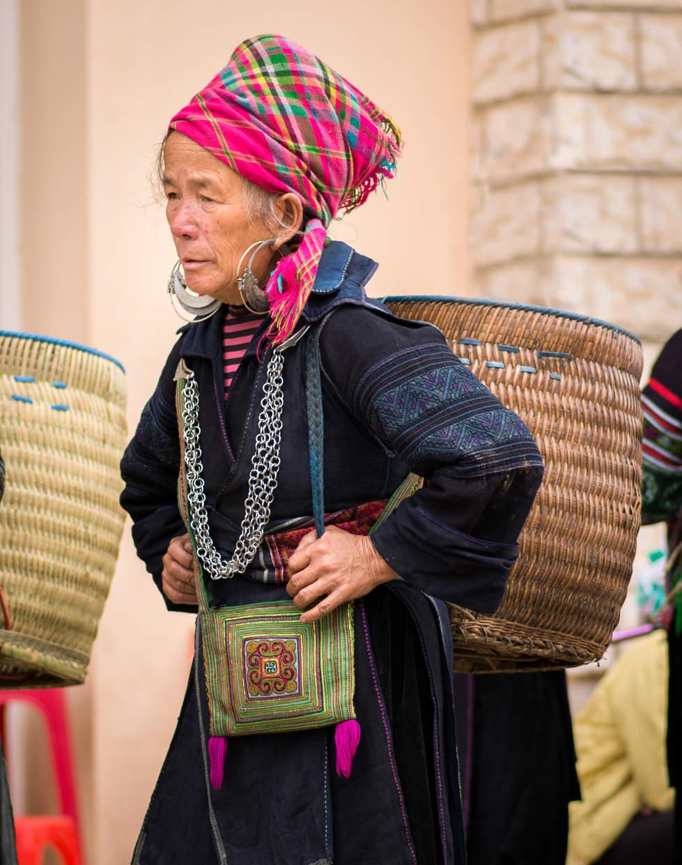 Kobieta w stroju Hmong na targu, Sapa