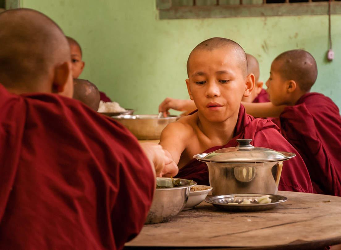 Posiłek mnichów w klasztornej stołówce, Bago