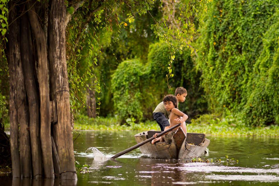 Młodzy Wioślarz na Tonle Sap, Kambodża