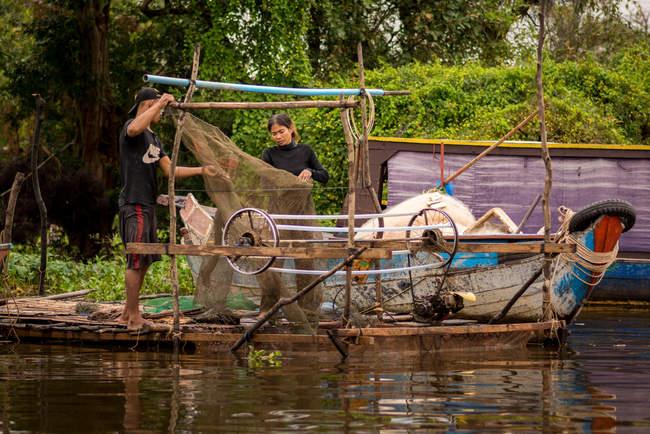 Życie na jeziorze Tonle Sap, Kambodża