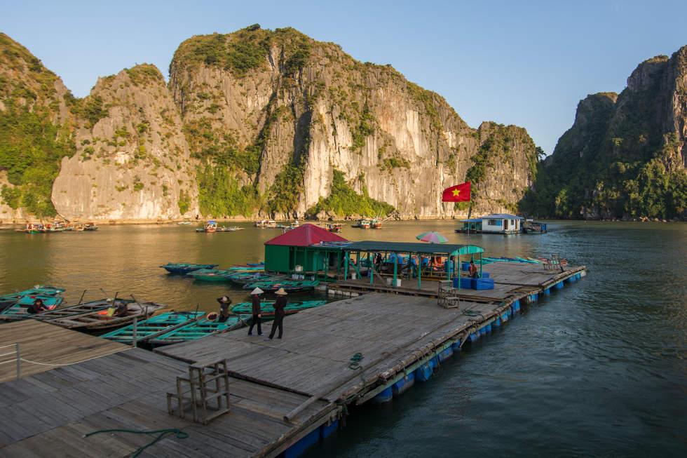 Przystań w zatoce Ha Long