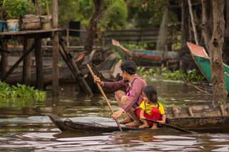 Mama z córką na łodzi, Tonle Sap, Kambodża