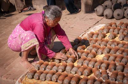 Suszenie glinianych dzbanków, Bhaktapur