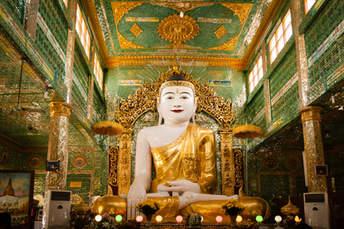 Posąg Buddy w świątyni, Sagaing