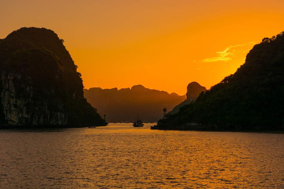 Zachód Słońca w zatoce Ha Long