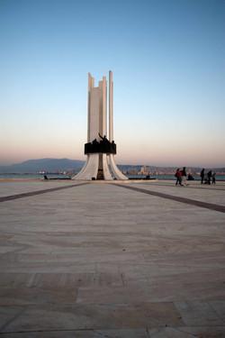 """1973-İzmir-Karşıyaka-""""Atatürk-ve-Kadın-Hakları-Anıtı""""-uygulaması_2"""
