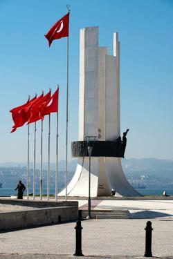 """1973-İzmir-Karşıyaka-""""Atatürk-ve-Kadın-Hakları-Anıtı""""-uygulaması"""
