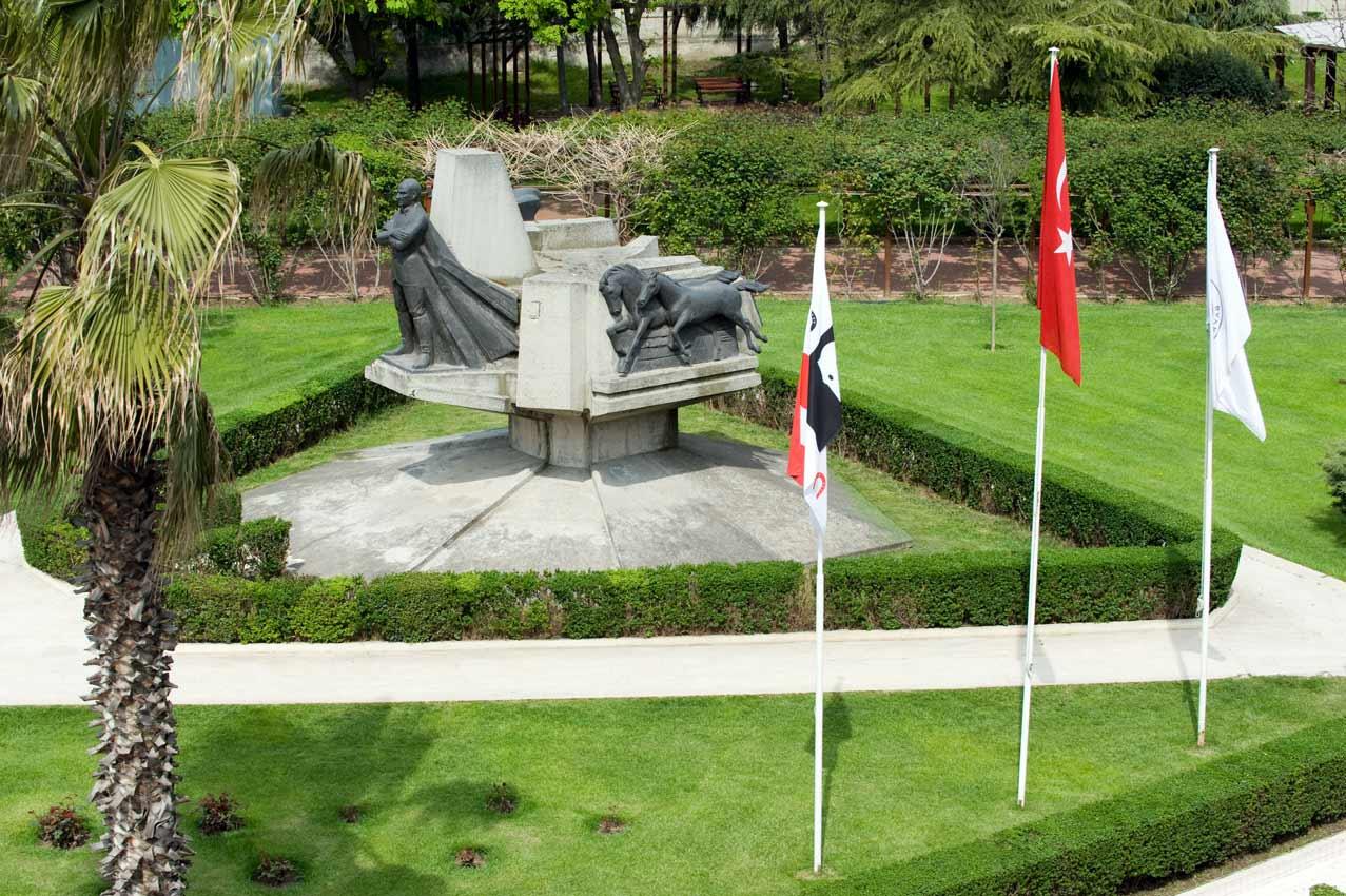 1982-İstanbul-Veliefendi-Hipodromu-Atatürk-Anıtı-