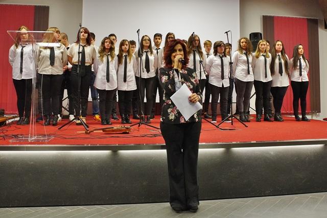 Il coro Armonia e la prof. Di Pietra