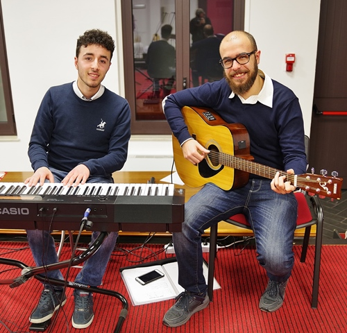 Piano e chitarra del Joy's Chorus
