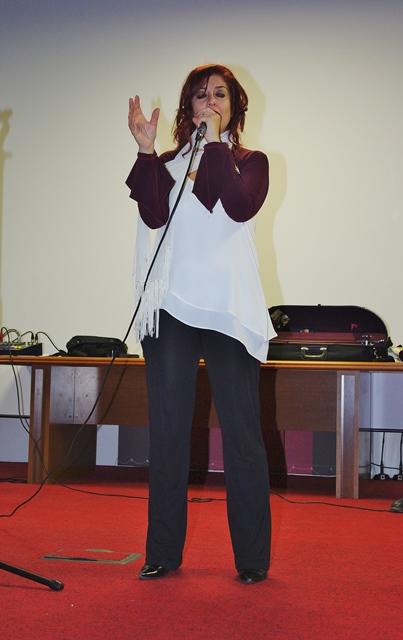 La prof. Di Pietra si esibisce con i Cantamuri