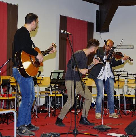 I Solo Strings trio si esibiscono