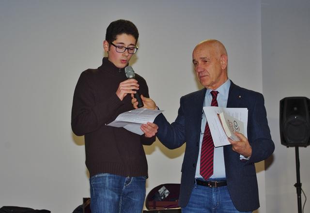 L'alunno Mattia Augello legge un testo sull'importanza degli studi classici