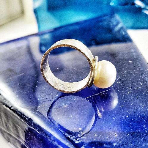 Pierścień ze śmietankową perłą