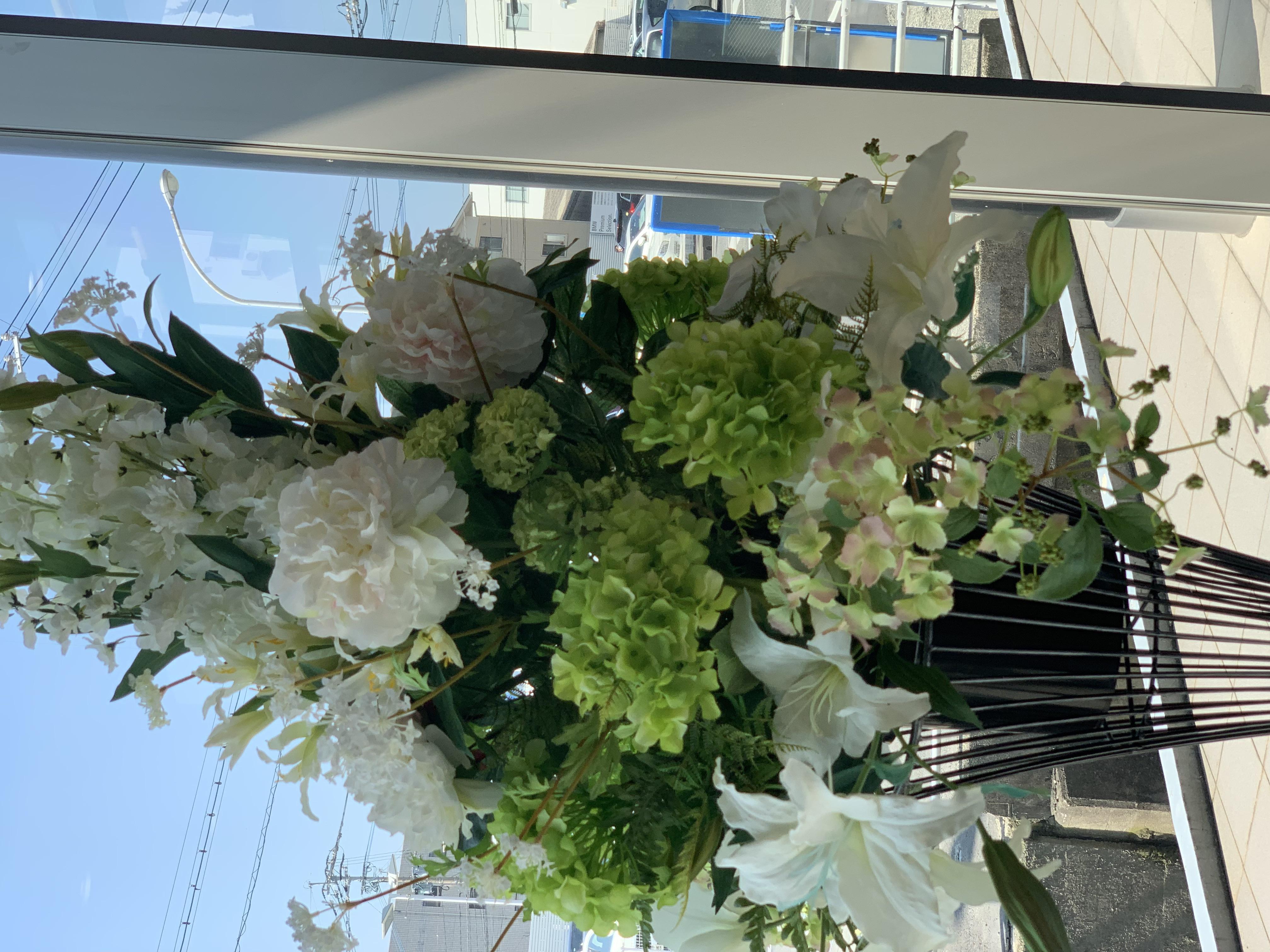 メルセデスベンツ様 春のショールーム花
