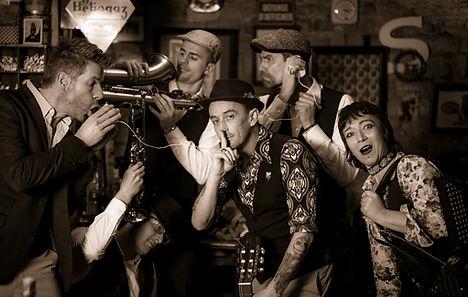 Franck, Anne Lise, Elvis, Manu, Camille et Charles forment le groupe de musique franc-comtois Nadamas