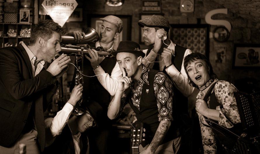Franck, Yvette, Charles, Manu, Elvis et Camille foment le groupe de chansons festives Nadamas