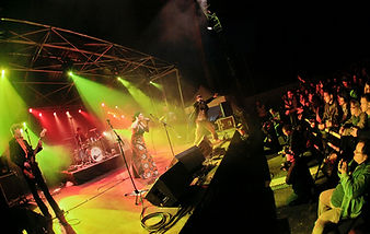 Nadamas en concert, sur scène avec six musiciens