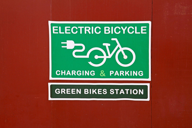 Can an electric assist bicycle operate on the sidewalk in Oregon?