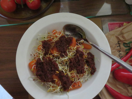 Lauwwarme salade van wortel, spruitgroenten en tomatenpesto
