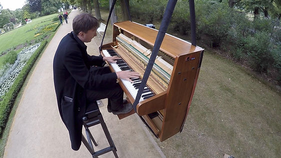 Andreas Forst Klavier Luft.jpg
