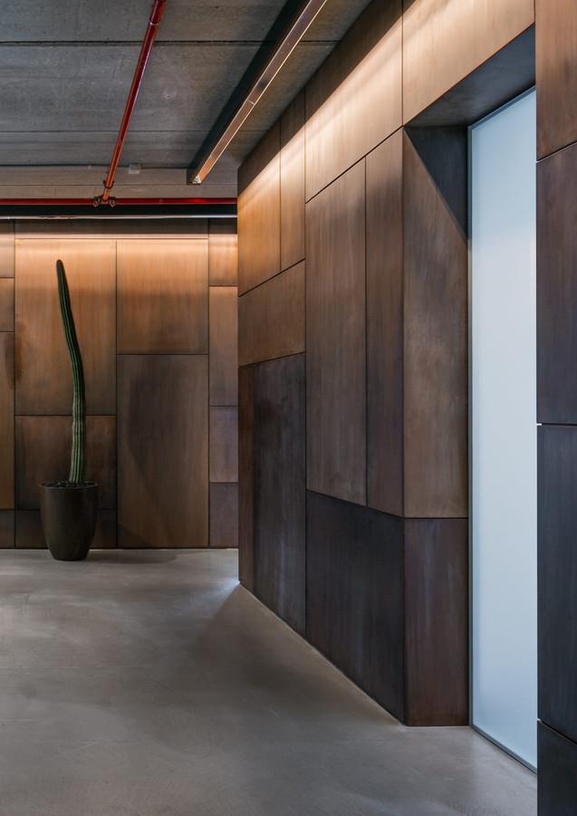 Boiserie wall in waxed cor-ten - Design R&D De Castelli