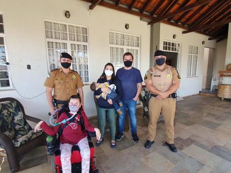 Policiais militares visitam bebê que foi salvo após afogamento em Londrina