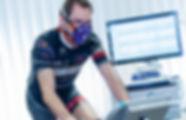 Radfahrer mit Atemmaske zur Auswertung der Leistungsdiagnostik