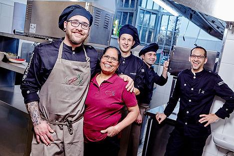 Das Küchenteam, fünf Personen, stehen zusammen